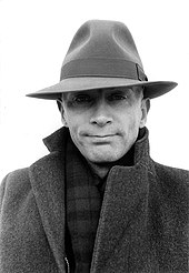 Мужчина в шляпе и пальто, лицом вперед