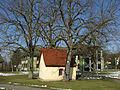 Schächerkapelle mit Rathaus in Ehrenkirchen.jpg