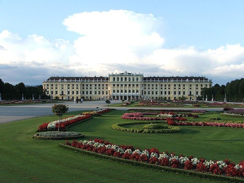 Ficheiro:Schonebrunn palace flowers.jpg