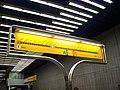 Smíchovské nádraží, orientační tabule na nástupišti, linkový teploměr.jpg