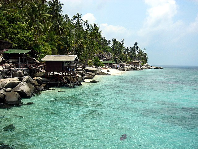File small beach on pulau aur jpg wikimedia commons for Small beach hotels