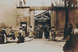 Workers Leaving the Lumière Factory - Image: Sortieusinelumiere