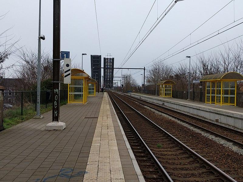 Het treinstation Kapelle-op-den-Bos met de brug over het kanaal omhoog (4 maart 2017).