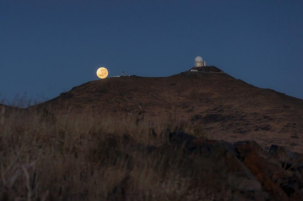 Supermoon at La Silla.jpg
