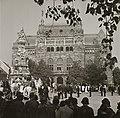 Szentháromság tér, Szentháromság-szobor, mögötte a Pénzügyminisztérium. Szent István nap, Szent Jobb körmenet. Fortepan 83812.jpg