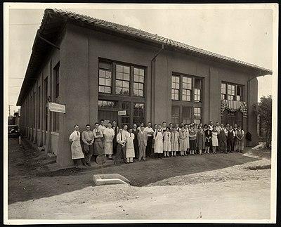 Un grupo de personas frente a un edificio.