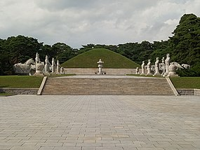 Tomb of King Tongmyong.jpg