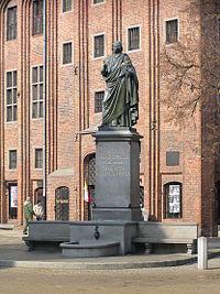 Torun pomnik Kopernika caly.jpg
