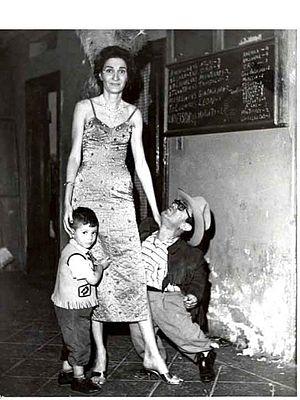 Fannie Kauffman - Vitola, with el enano Santanon and her son