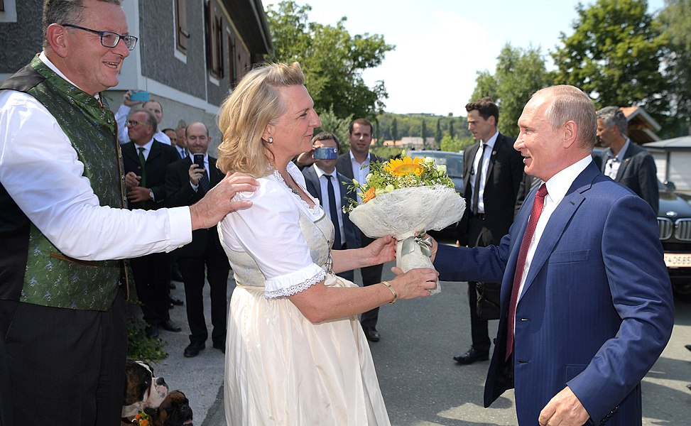 Vladimir Putin at the wedding of Karin Kneissl (2018-08-18) 09.jpg