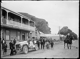 Whakatane - Whakatane township (ca. 1910s), with the Whakatane Hotel on the left.