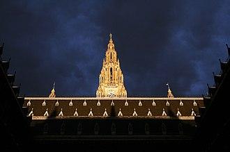 Rathaus, Vienna - Image: Wiener Rathaus Innenhof Gewitterwolken 2010