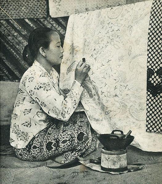 526px-Woman_making_batik%2C_Indonesia_Ta