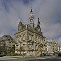 Zicht op voorgevel met ingangsrisaliet, dubbele bordestrap en een opengewerkt achtkantige dakruiter - Amsterdam - 20409340 - RCE.jpg
