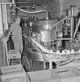 Zuivelfabriek Tnuva Medewerkers bij een lopende band van de vulmachine voor mel, Bestanddeelnr 255-4445.jpg