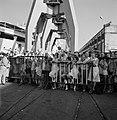 'Afhalers' achter een dranghek op de kade, wachtend op een schip (zie ook 255-21, Bestanddeelnr 255-2179.jpg