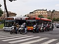 Řím, autobusy a motorky na semaforu.jpg