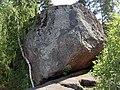 "Выборг, ""падающий"" камень в парке Монрепо - panoramio.jpg"