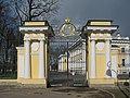 Каменноостровский дворец, ворота у дворца.jpg