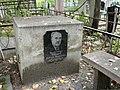 Могила Иванова, передняя часть надгробного камня (правая, с именем - со стороны лавочки, левая - пустая).jpg