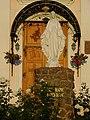 Статуя діви марії перед входом у Храм.jpg