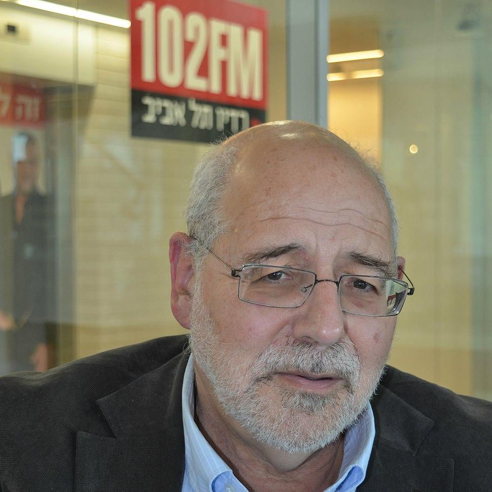 """מיכאל הנדלזלץ באולפן התכנית """"תעודת עיתונאי"""" ברדיו תל אביב"""