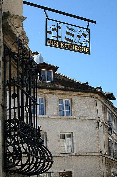 Ornans (Doubs - France), enseigne et grille de fenêtre espagnole (Rejas) de l'ancien Hôtel Sanderet de Valonne construit à la fin du XVIIème siècle, actuellement bibliothèque municipale et bureau de poste.