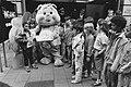 100.000 ste bezoeker film Troetelbeertjes, Mervin van der Kruys (l) krijgt in , Bestanddeelnr 933-6555.jpg
