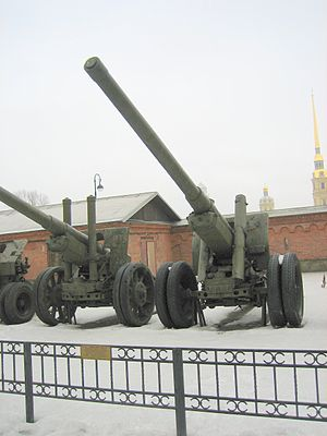 122 mm gun M1931/37 (A-19) - The M1931/37 (right) stands beside what appears to be its predecessor, the M1931, in the Artillery Museum in Saint Petersburg.