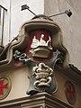 161 Farmàcia al c. Sant Miquel, 10 (Manresa), detall ornamental i copa d'Higiea.jpg