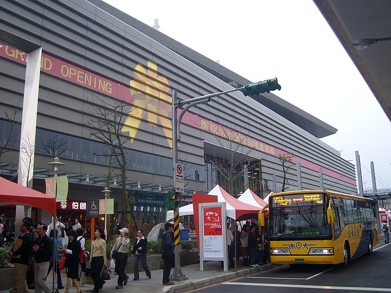 File:2008TaipeiCycle Day3 Inter-Hall Shuttle Bus 209AD with Entrance.jpg