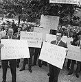 200 Taxichauffeurs staken, met leuzen trokken zij langs d kantoren, Bestanddeelnr 918-1986.jpg