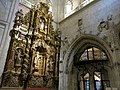 299 Catedral de San Salvador (Oviedo), retaule de Santa Teresa i porta del transsepte sud.jpg