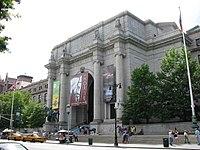 Ansicht Haupteingang mit Theodore Roosevelt Denkmal