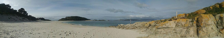 A Praia de Rodas (Illas Cíes), dende a Illa do medio.jpg