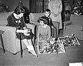 Aanbieden cadeaus door Verbindingsdienst der Landmacht Prinses Marijke , v.l.n.r, Bestanddeelnr 911-0421.jpg