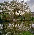 Achteraanzicht met houten loods, genomen vanaf de overkant van het water - De Lier - 20340697 - RCE.jpg