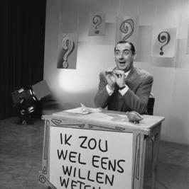 Adrie van Oorschot als presentator van Ik zou wel eens willen weten in 1959