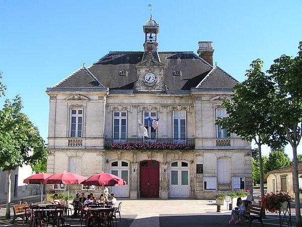 Vue de la mairie d'Aigre