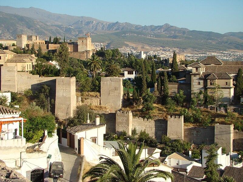 Murs de al-Casba Qadima (à gauche) et le quartier Rabad Badis (à droite, plus petit), avec le palais de Dar al-Horra .