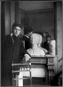 Amadeo de Souza-Cardoso in front of a mirror reflecting Emérico Nunes in the appartement of Amadeo on the Boulevard du Montparnasse