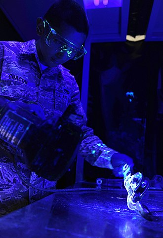 Fluorescent penetrant inspection - Liquid penetrant inspection of non-magnetic aircraft metal parts.