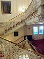 Amsterdam, Stadsschouwburg, trap van Kleine Foyer (rechts) naar Gijsbrechtbordes.jpg