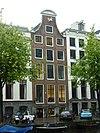 foto van Dubbel huis met geverfde gelaagde natuurstenen gevel onder rechte lijst met attiek