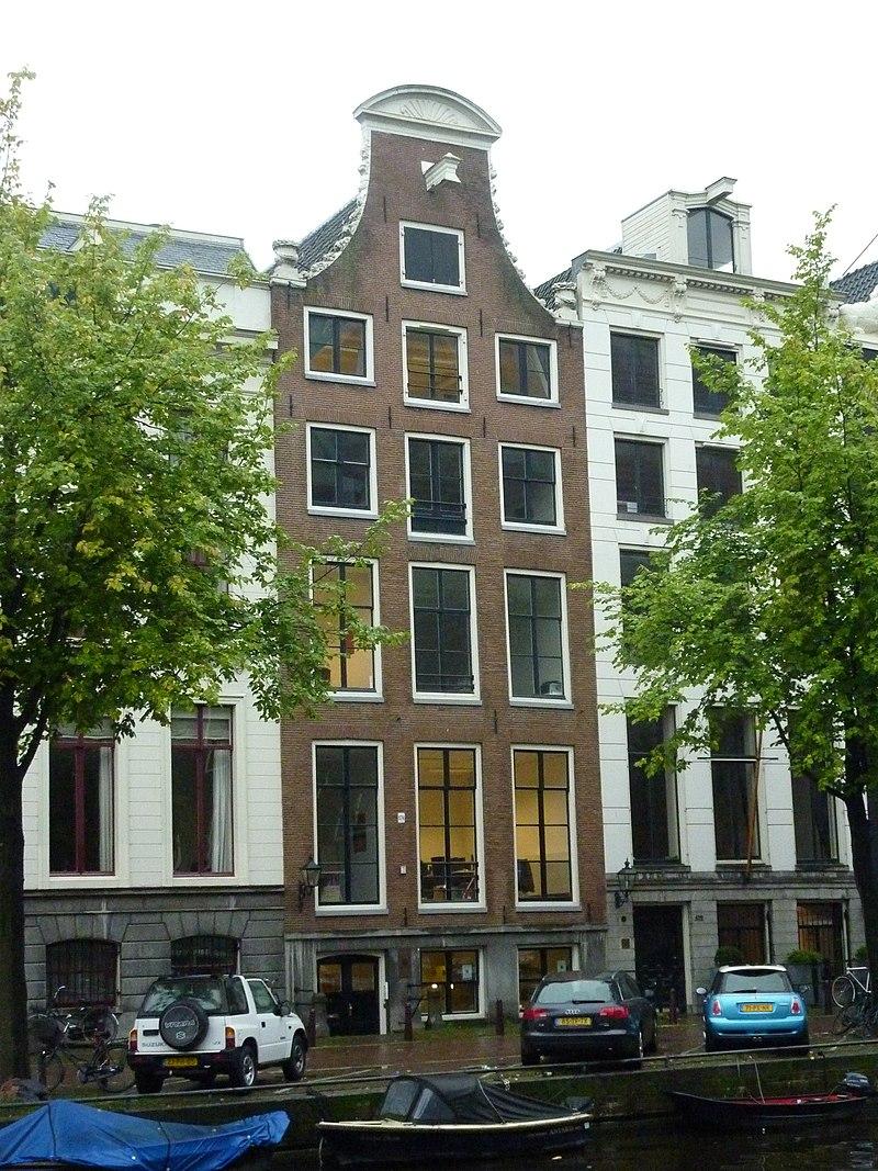 Dubbel huis met geverfde gelaagde natuurstenen gevel onder for Herengracht amsterdam