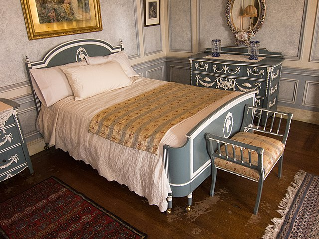 By Thomas Quine (Antique bed set) [CC BY 2.0 (http://creativecommons.org/licenses/by/2.0)], via Wikimedia Commons