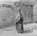 Arabische vrouw met waterkruik op het hoofd bij een gesloten poort, Bestanddeelnr 255-1426.jpg
