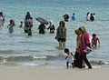 Australien - Migrantenfrauen und -Kinder baden mit Klamotten.jpg
