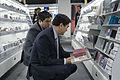 BOB นายกรัฐมนตรีเลือกซื้อ CD ณ ร้าน fnac กรุงบรัสเซลส - Flickr - Abhisit Vejjajiva.jpg