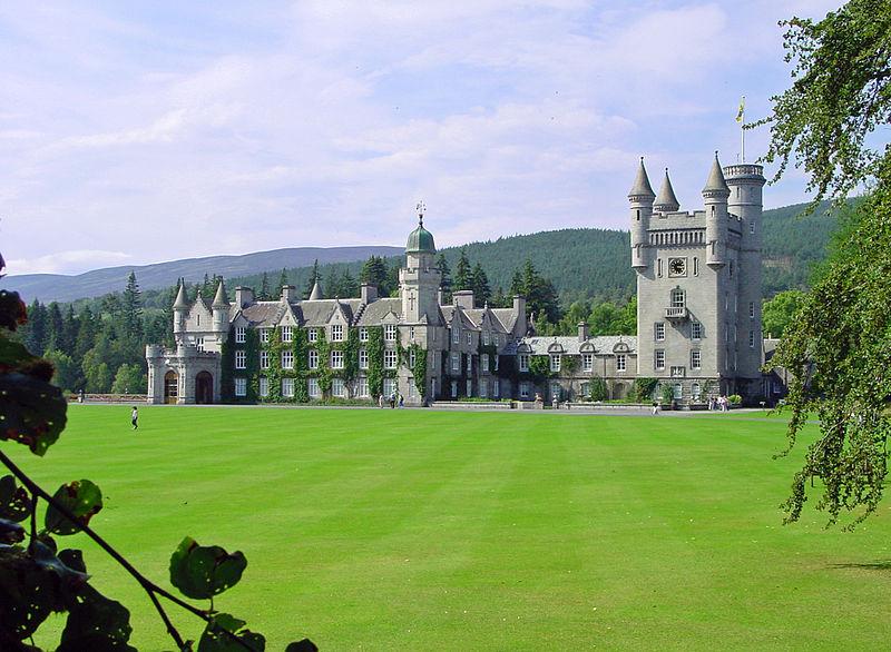 Королева и принц Филипп пообедали со своим внуком Джеймсом в шотландском поместье